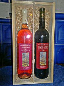 2-lahve-vina-v-nosici-s-plexisklem-a-dekorativni-slamou