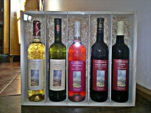 5-lahvi-vina-v-nosici-s-plexisklem-a-dekorativni-slamou